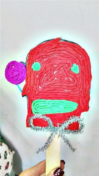少儿班小朋友设计的小怪兽棒棒糖,用褶皱纸卷起来一圈一圈粘贴的,可爱